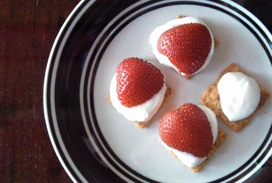 strawberries-on-crackers-550x370